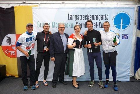 Siegerehrung mit Weinkönigin für den Masters-C-Doppelvierer