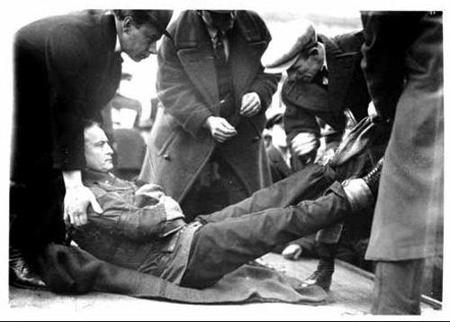 1923 - Photograph of Harry Houdini being prepared to hang outside the front of the Vancouver Sun newspaper office (Source of photo - City of Vancouver Archives).