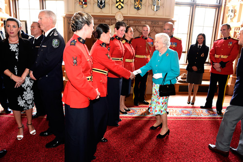 Photograph of Queen Elizabeth II greeting Commissioner Bob Paulson, C/S/M Darrell Campbell and members of the RCMP Musical Ride (Source of photo - Darrell Campbell).