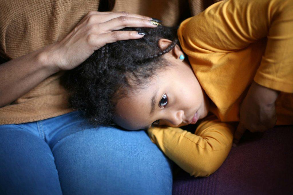 نتيجة بحث الصور عن لا تبكي مع طفلك الذي يشعر بالحزن