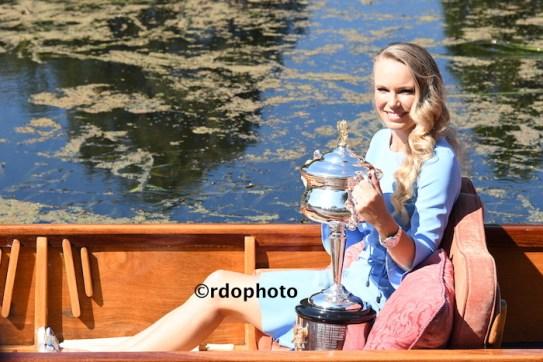 Caroline Wozniacki con il trofeo conquistato all'Australian Open