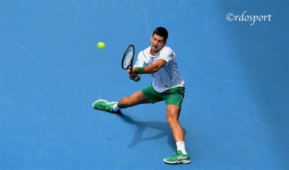 Rovescio in allungo di Novak Djokovic - Rod Laver Arena Melbourne 2020 - foto di Roberto Dell'Olivo