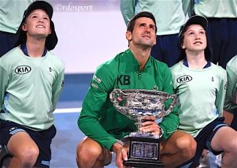 Il campione degli Australian Open 2020 posa con il trofeo insieme ai raccattapalle - foto di Roberto Dell'Olivo