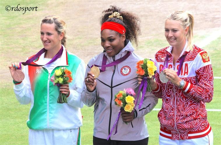 Il podio olimpico a Londra 2012 da sinistra Viky Azarenka. Serena Williams e Maria Sharapova -©rdosport