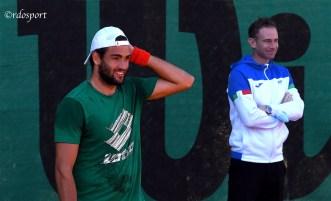Il capitano della Coppa Davis, Filippo Volandri, osserva Matteo Berrettini (foto di Roberto Dell'Olivo)