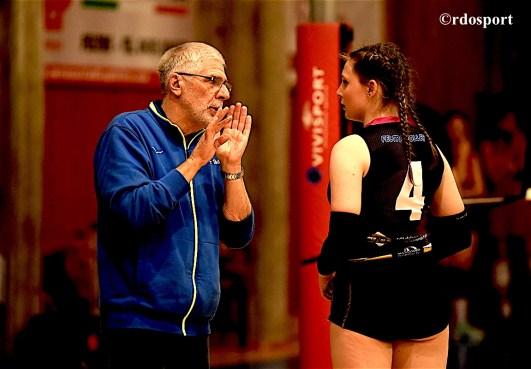 Giulio Carpene dà qualche consiglio al centrale Elena Amrcon, tra le migliori nella gara contro il Volley Colombo (©foto di Roberto Dell'Olivo)