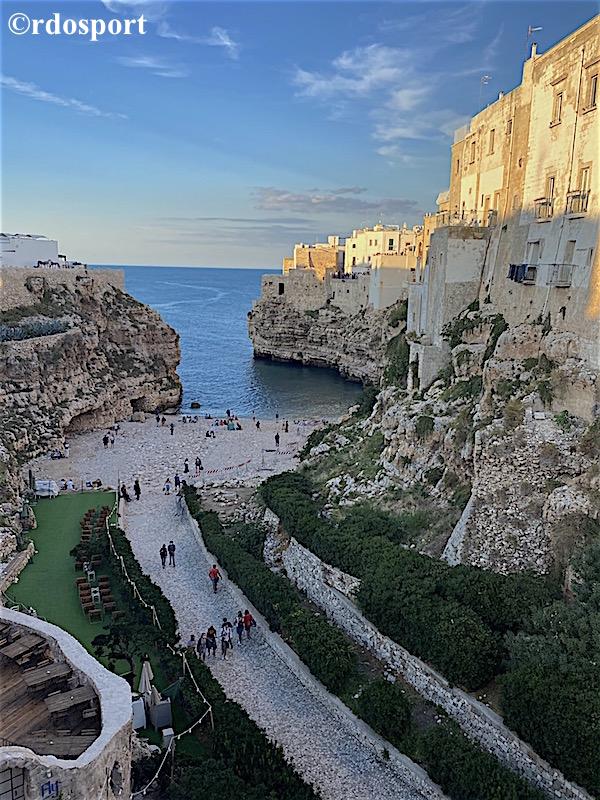 La spiaggia di Polignano a mare, tra le mete delle gite della Pallamano Belluno in Puglia