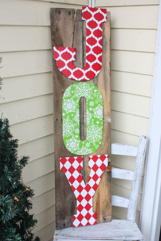 This DIY Pallet Sign is crazy easy to make! Click over now to see the Full Tutorial!