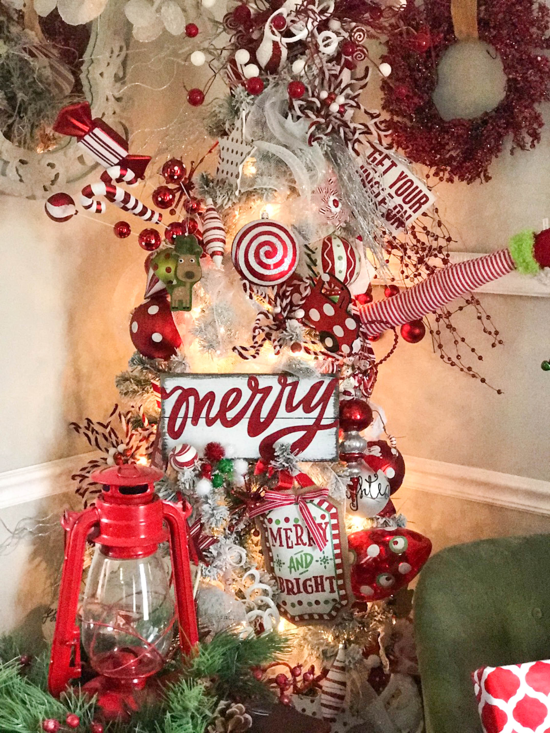 Red And White Christmas Tree.A Red And White Christmas Tree Re Fabbed