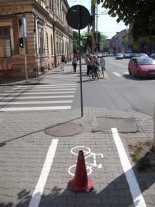 stalpul bine plasat exact in axul pistei sa nu il rateze biciclstii