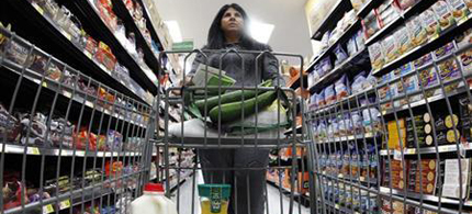 A shopper walks down an aisle in a newly opened Walmart Neighborhood Market in Chicago. (photo: Jim Young/Reuters)