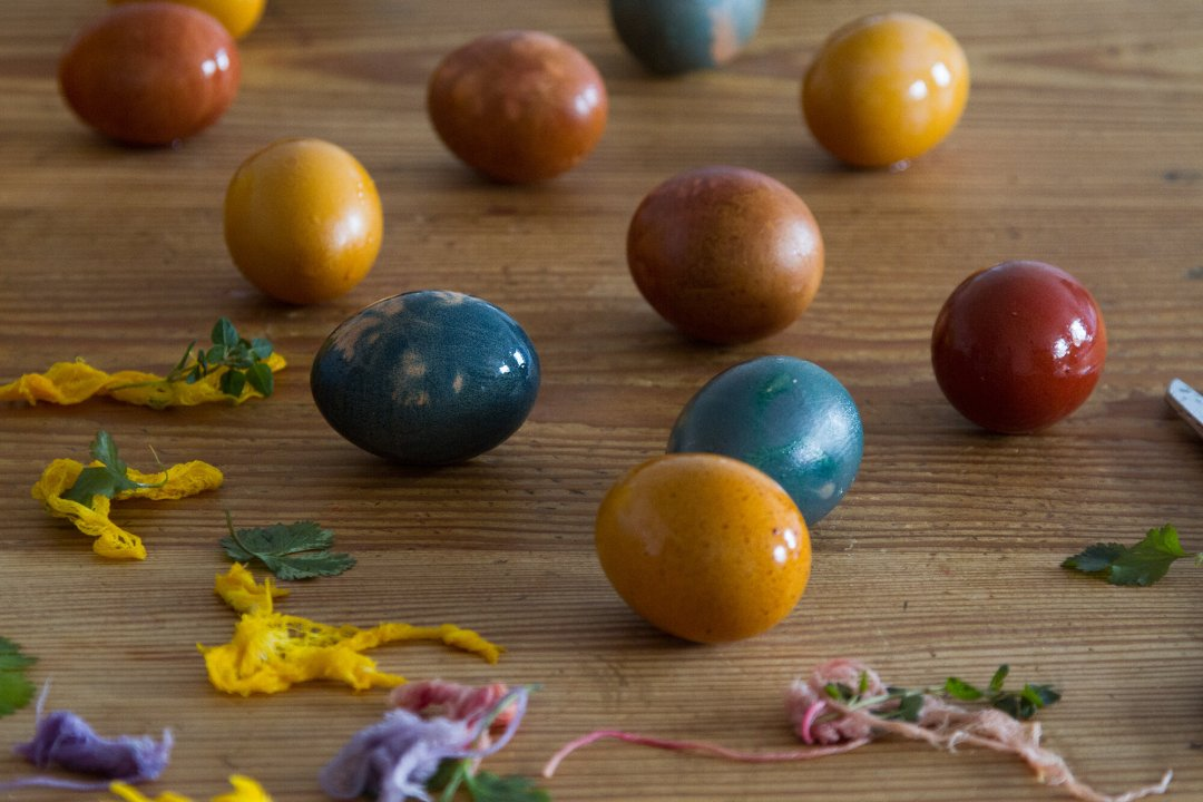 naturally dyed easter eggs | reading my tea leaves