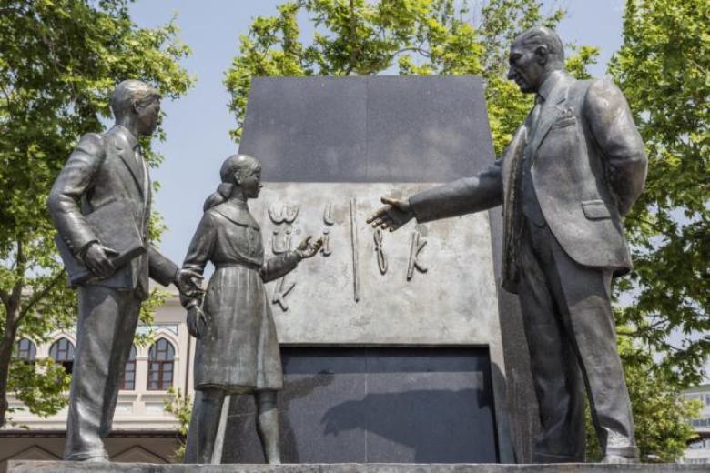 На этой статуе изображён президент Мустафа Кемаль Ататюрк, который знакомит ребёнка с новым турецким алфавитом. Статуя находится в Стамбуле.