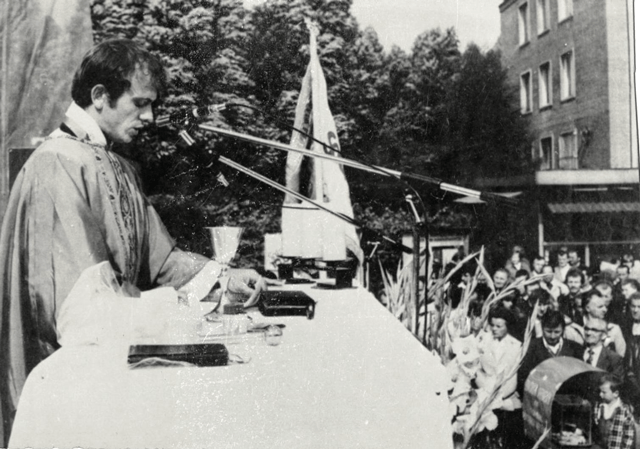 Jerzy Popiełuszko speaking