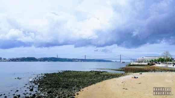 Widok na most Ponte 25 de Abril, Lizbona