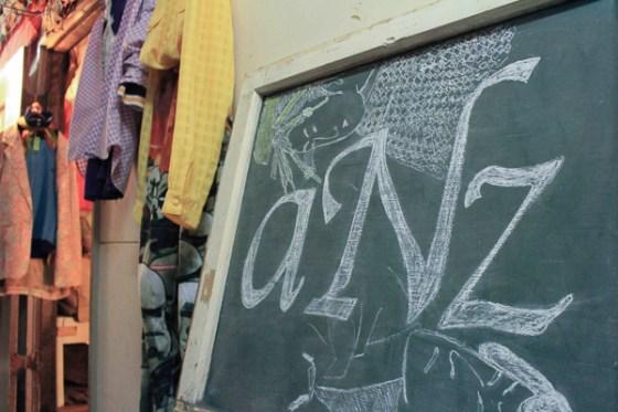 日本では絶対に手に入らないアイテムのみをセレクト。大阪中崎町の古着屋「aNz」をレポート。