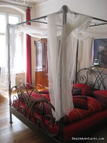Romantic Getaway with Four-Poster Bed in Berlin: Guestroom, four-poster bed at day-light: berlin germany bed & breakfasts berlin
