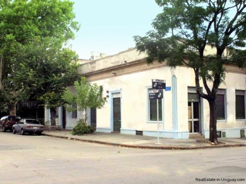 1529-Corner-House-for-Remodeling-Montevideo