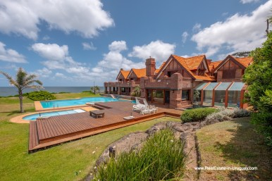 Front of Hous of Frontline Estate on the Mansa Beach in Punta del Este with incredible Views