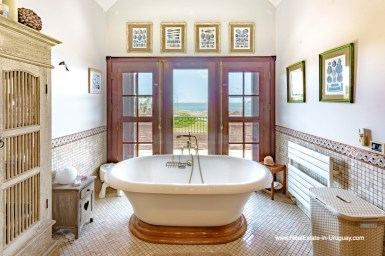 Master Bathtub of Frontline Estate on the Mansa Beach in Punta del Este with incredible Views