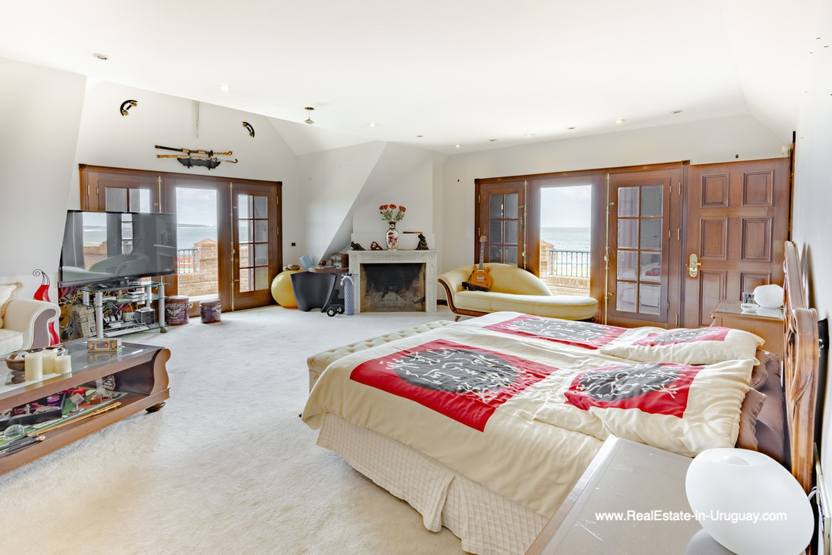 Mastersuite of Frontline Estate on the Mansa Beach in Punta del Este with incredible Views