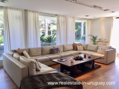 6707 Spacious Family Home on the Mansa in Punta del Este - Living Space