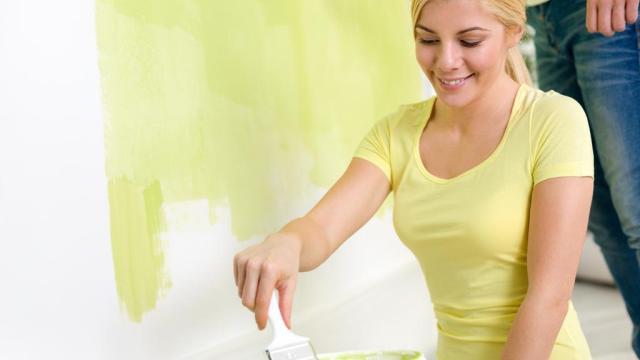 vrouw schilderen thuis