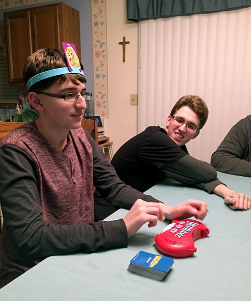 Having a family fun game night with Hedbanz Electronic