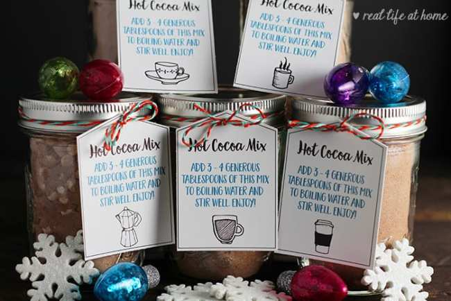 Homemade hot cocoa is a perfect gift for the holidays! Here's a recipe for hot chocolate in a jar (or baggie) plus free printable hot chocolate gift tags. #HotChocolate #HotCocoa #PrintableGiftTags