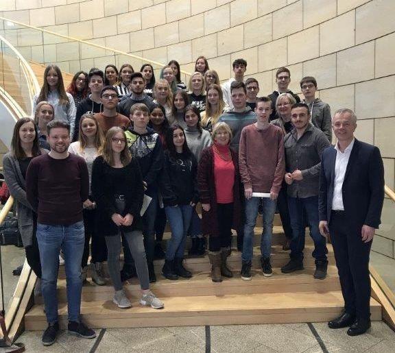Frostige Fahrt zur heißen Debatte: Schüler der Realschule der Stadt Meschede im Düsseldorfer Landtag