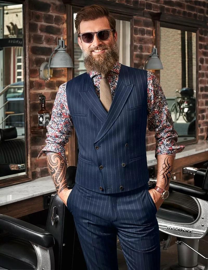 Herren Kombination Hemd Flower-Print, dazu Weste und Hose Nadelstreifen