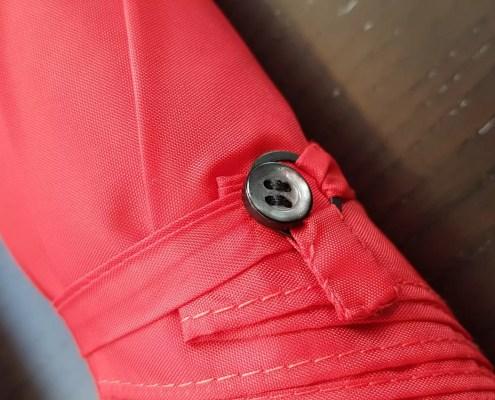 Verarbeitung mit Perlmutt-Verschlussknopf am Brigg-Schirm