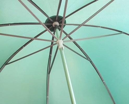 Grüner Brigg-Schirm offen