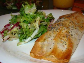 bifes-de-peru-e-legumes-embrulhados-em-massa-filo-md-327941p533380