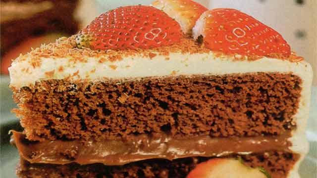 Bolo de Chocolate Recheado com Creme de Leite - Cobertura de Vidro Para Bolos