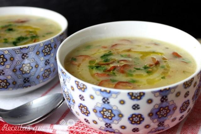 Sopa cremosa de mandioca com calabresa