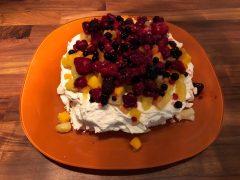 Pavlova Recept, een heerlijk russisch nagerecht met vers fruit.