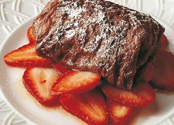 Fyllda chokladpannkakor med marinerade jordgubbar