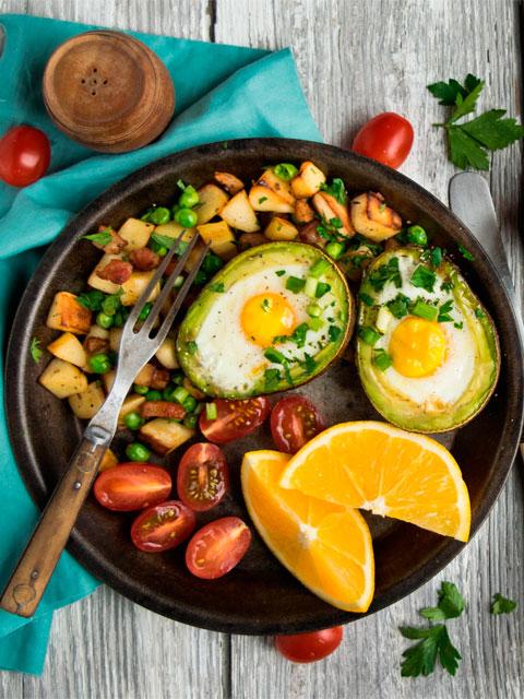 Авокадо фаршированное яйцом и копченым лососем