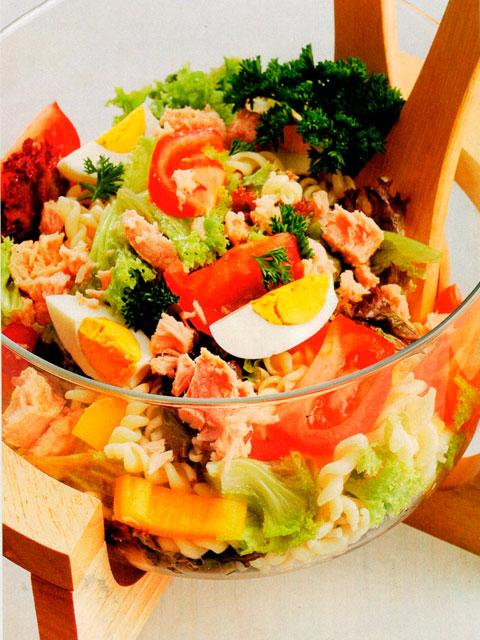 Овощной салат с пастой и тунцом