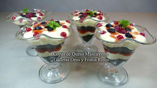 Presentación de las copas de queso mascarpone galletas oreo y frutos rojos