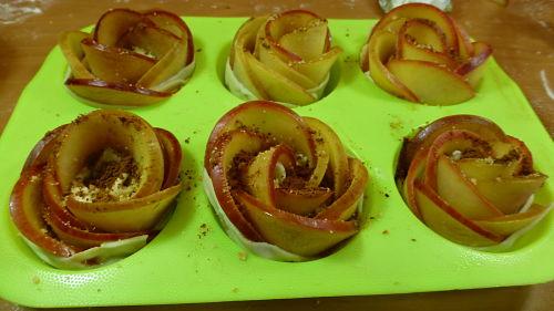 Rosas de manzana en molde para hornear