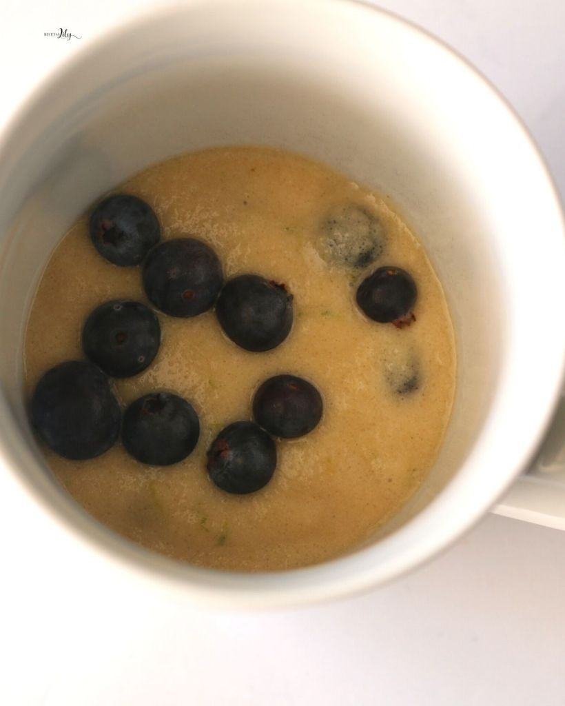 Mug cake de limón y blueberries