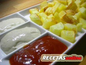 tabla-de-patatas-fritas-con-tres-salsas