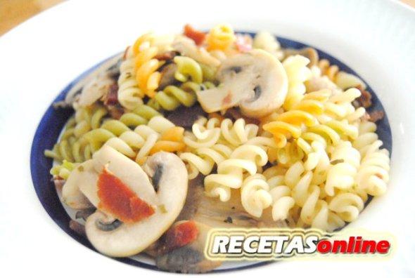 Pasta con champiñones y jamón - Recetas de cocina RECETASonline