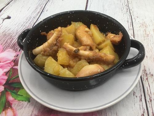 En una cazuelita se ve el pulpo con patatas y pimentón listo para ser consumido.