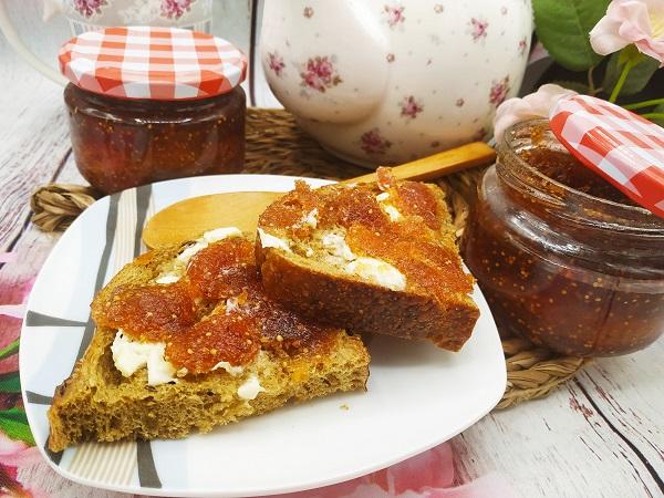 Tostadas con mantequilla y mermelada de higos casera