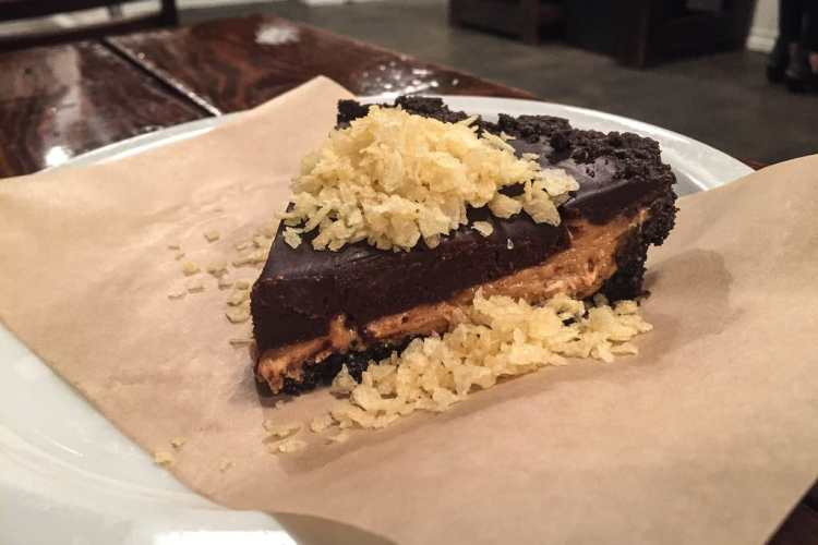 Pastel de plátano cubierto de chocolate