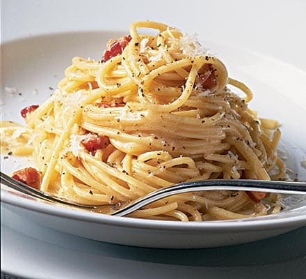 Spaghettis à la carbonara thermomix Ingrédients ( 8 Personnes ) - 400 g de spaghettis - 100 g de parmesan en morceaux - 150 g de lardons - 1 CS d'huile d'olive - 3 oeufs - 100 g de crème fraîche liquide - 1 pincée de noix de muscade - 1 pincée de poivre Préparation Faire cuire les pâtes dans une casserole selon l'indication du paquet. Pendant ce temps, mettre le parmesan dans le bol. Mixer 12 secondes VIT Turbo. Réserver dans un récipient. Mettre les lardons et l'huile d'olive dans le bol. Régler 5 min à température Varoma VIT 1. A l'arrêt de la minuterie, ajouter les lardons aux spaghettis égouttés et remis dans la casserole. Rincer le bol à l'eau froide. Mettre les oeufs, la crème fraîche, la noix de muscade et le poivre dans le bol. Régler 10 secondes VIT 4. Ajouter cette préparation aux pâtes, laisser prendre 2 min à petit feu et les mélanger délicatement. Servir aussitôt avec le parmesan.