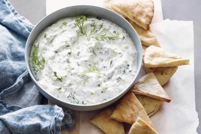 Tzatziki - sauce grecque au yogourt et au concombre au